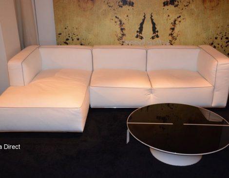 Vooraanzicht witte lederen zetel met metaal verchroomd onderstel en metalen poten