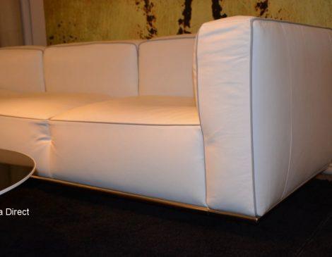 Witte lederen sofa met metaal verchroomd onderstel en metalen poten
